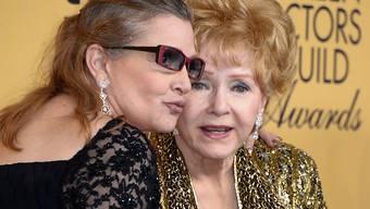 Debbie Reynolds (r) und Carrie Fisher (l) bekommen Ende März eine grosse öffentliche Trauerfeier. James Blunt soll einen eigens komponierten Song vortragen. (Archivbild)