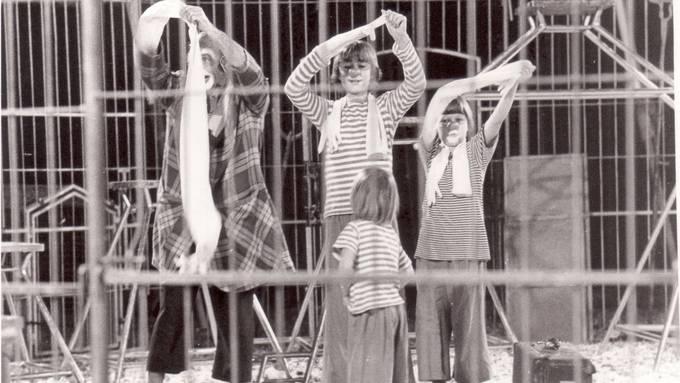 Die Familie Muntwyler war bereits 1979 als «Die fünf Montis» mit dem Zirkus Olympia un-terwegs. Die erste Tournee des «Monti» fand 1985 statt.