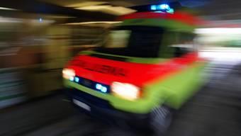 Eine Ambulanz brachte die verletzte E-Bikerin ins Spital. (Symbolbild)