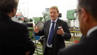 Adrian Flury erklärte auf dem Betriebsrundgang, warum er die Spezialisierung weiter vorantreibt.