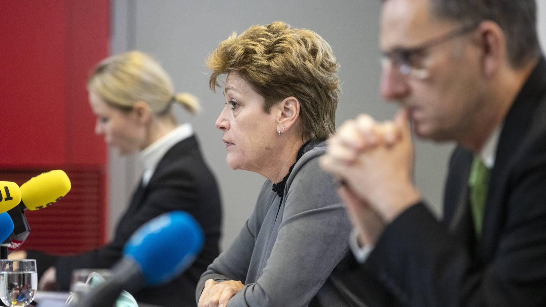 Die Zürcher Regierungsräte Natalie Rickli, Silvia Steiner und Mario Fehr (v.l.) verkünden am Dienstag die verschärften Coronamassnahmen.