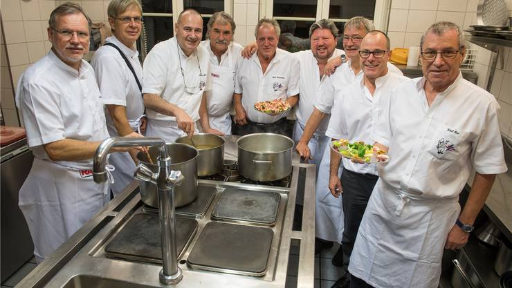 Anlässlich der Jubiläumsfeier bereiteten die Hobby-Köche der Gilde der Wasserschloss-Köche das eigene Galadinner auch gleich selbst zu. Alex Spichale