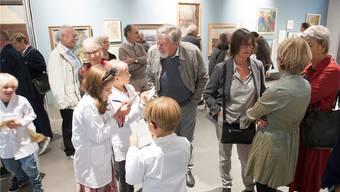 An der Vernissage zur Ausstellung porträtierten junge Künstler die Besucher.