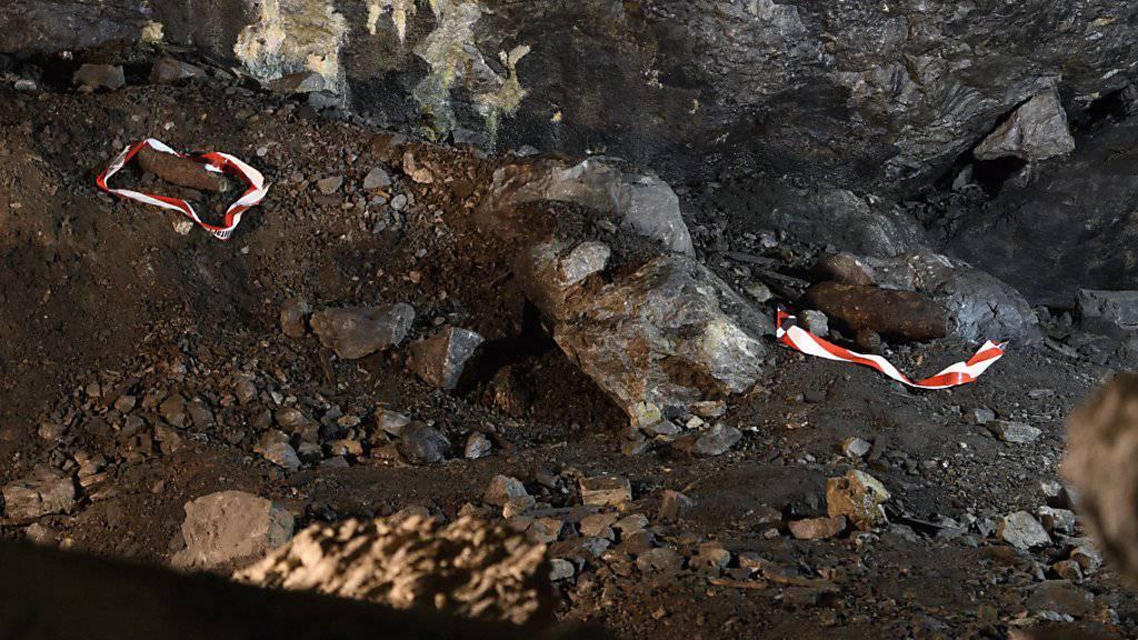 Eine 10,5-Zentimeter-Granate (links) und eine 50-Kilo-Bombe, wie sie Fotografen anlässlich einer Begehung des Munitionsdepots Ende Juni letzten Jahres antrafen. (Archivbild)