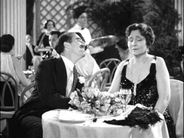 Eine Szene aus «A Night at the Opera» (1935) von den Marx Brüdern. Zu sehen sind Groucho und Margret Dumont