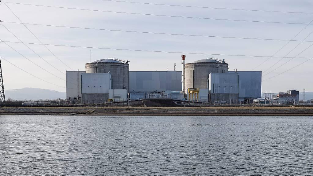 ARCHIV - Das Kernkraftwerk steht am Ufer vom Rhein. Das betriebsälteste Atomkraftwerk Frankreichs wird endgültig abgeschaltet. Foto: Jean-François Badias/AP/dpa