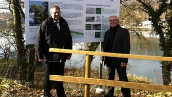 Bürgermeister Alexander Guhl und Ortsvorsteher Fred Thelen vor der Informationstafel. zvg