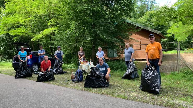 Neophytenbekämpfung mit Freiwilligen in der Gemeinde Villigen unter Einhaltung der Schutzmassnahmen COVID-19