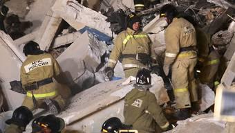 Bei klirrender Kälte wird nach wie vor nach Überlebenden in dem nach einer Gasexplosion eingestürzten Wohnhaus in Magnitogorsk gesucht.