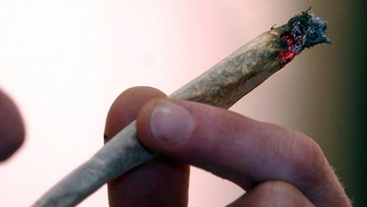 Cannabis legalisieren, entkriminalisieren? Nein, sagt der Bundesrat, gibt aber grünes Licht für wissenschaftliche Studien zum Cannabis-Konsum. (Themenbild)