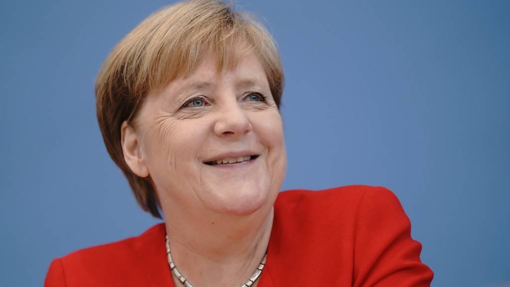 ARCHIV - Bundeskanzlerin Angela Merkel (CDU) lacht in der Pressekonferenz. (zu dpa «Mit 66 Jahren...hat Merkel für Rentenpläne keine Zeit» am 15.07.2020) Foto: Michael Kappeler/dpa