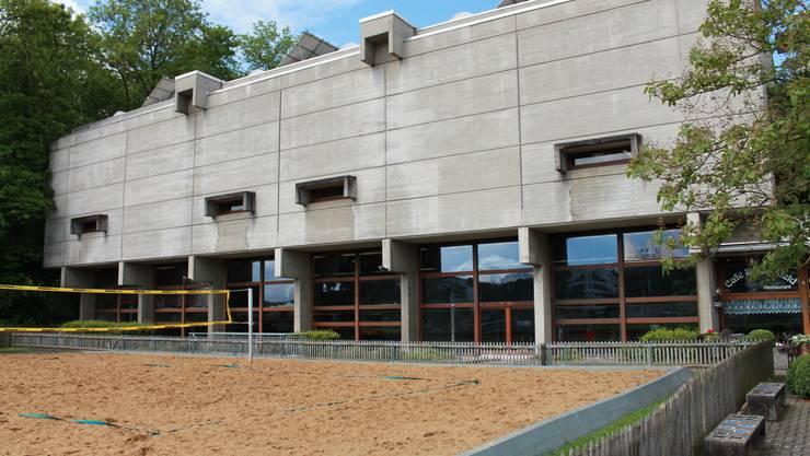 Soll geschlossen werden: Das Hallenbad Spiegelfeld in Binningen.