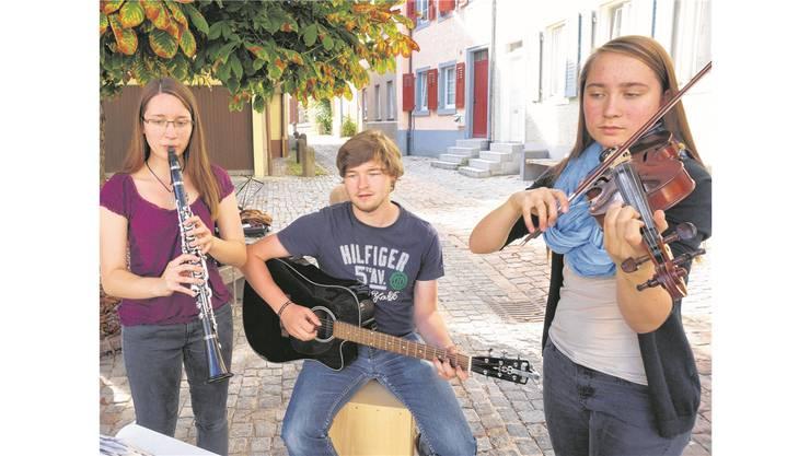 Julia Albicker, Raphael Buchmüller und Rahel Albicker (v.l.) umrahmen mitstimmungsvollen Darbietungen die Feier auf dem Synagogenplatz.