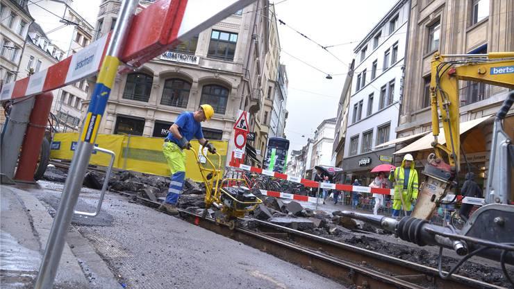 Zwischen Barfüsserplatz und Hauptpost mussten die BVB die Schienen nach 17 Jahren ersetzen. Im Durchschnitt halten sie 35 Jahre. (Archiv)