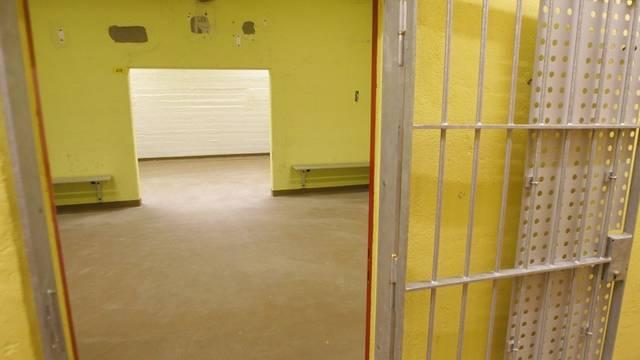 Der Jugendliche, der einem 19-Jährigen am Fasnachtssonntag in Liestal ein Messer in den Oberschenkel rammte, soll in Untersuchungshaft. (Symbolbild)