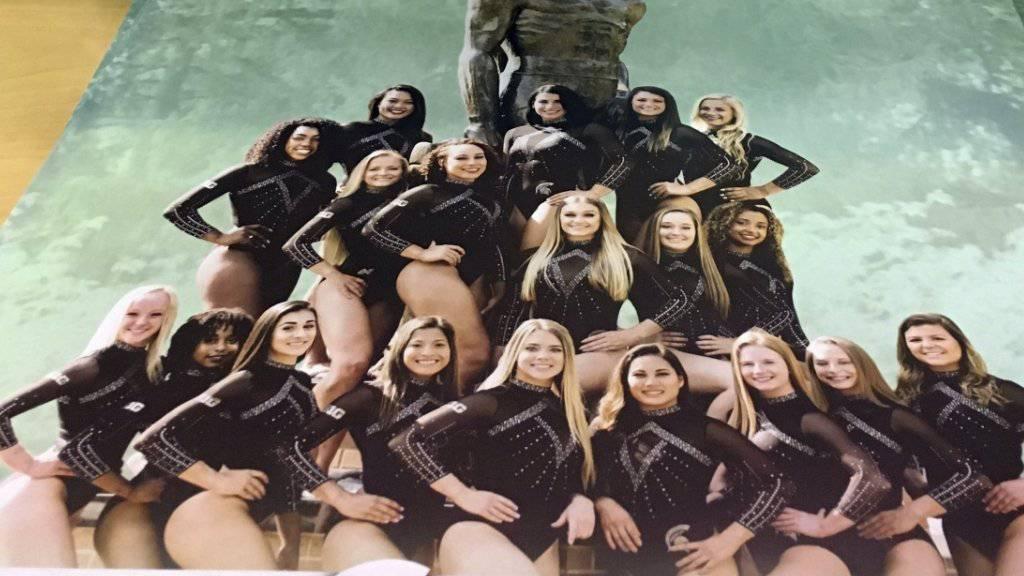 Auf einem Poster protestieren Michigans Turnerinnen gegen Larry Nassars Verfehlungen