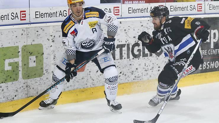 Ambris Topskorer Matt D'Agostini (links) im Kampf gegen Fribourgs Jonas Holös