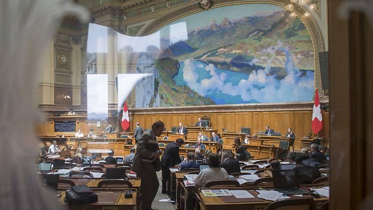 Der Nationalrat hat am Dienstagmorgen mit der Budgetdebatte begonnen. Die vorberatende Kommission will aus dem Voranschlag des Bundesrates rund 70 Millionen Franken herausstreichen. (Archivbild)