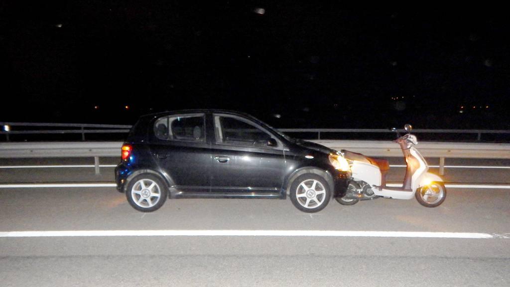 Auto fährt in Motorrad – eine Person verletzt