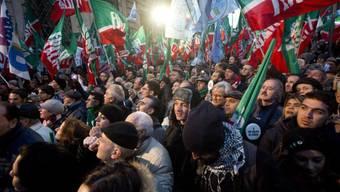 Anhänger der Berlusconi-Partei Forza Italia demonstrieren in Rom