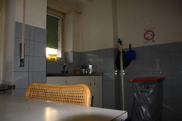 Einer der Hausbewohner ist Habib aus Algerien. Seine Einrichtung besteht aus einem Bett für eine Person, einem kleinen Sofa, Kommode und Fernseher.
