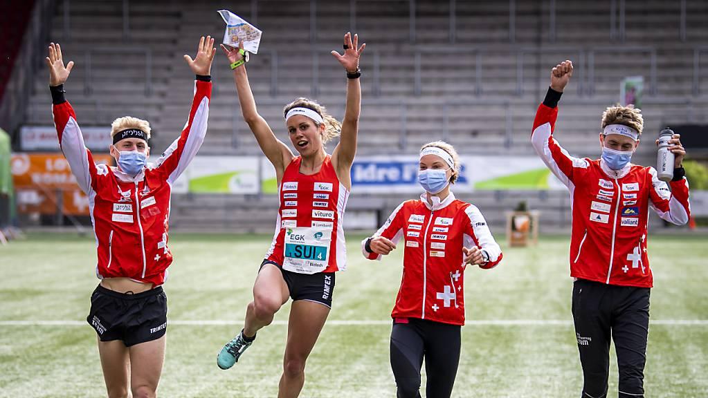 Schlussläuferin Elena Roos bringt das Gold nach Hause. Joey Hadorn (links), Simona Aebersold und Matthias Kyburz nehmen sie auf den letzten Metern in Empfang.
