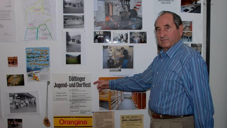 Roland Jenny zeigt den Ursprung des Ferienhauses: Der Reingewinn des Jugend- und Dorffestes 1975 bildete den finanziellen Grundstock.  PID