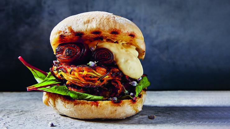 Zucchini-Süsskartoffel-Burger mit Chipotle-Mayonnaise. Das Rezept finden Sie weiter unten.