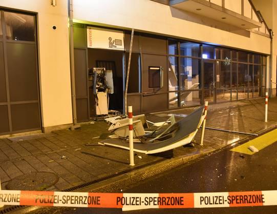 Sevelen SG, 12. Dezember: Eine unbekannte Täterschaft hat einen Bankautomaten aufgesprengt. Anschliessend flüchtete sie mit Bargeld in unbekannter Höhe. Der entstandene Sachschaden ist enorm. Die Kantonspolizei St.Gallen sucht Zeugen.