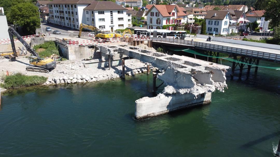 Zum Kettenbrücke-Walzer von Strauss: Fliegen Sie mit der Drohne über den abgerissenen Aare-Übergang