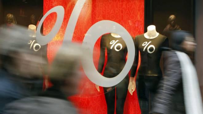 Schöne Bescherung: Wegen des warmen und trockenen Wetters im November und Dezember versuchen Modehändler, die Kundschaft mit hohen Rabatten ins Geschäft zu locken. Foto: Keystone