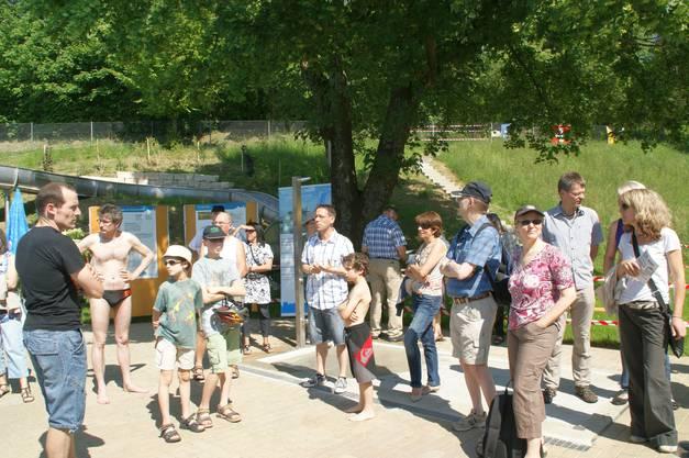 David Fiore erklärte den interessierten Gästen die verschiedenen Neuerungen in der Badi.