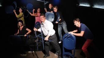 Die Stühle haben ausgedient. Das Cholechäller-Team räumt eigenhändig ab.