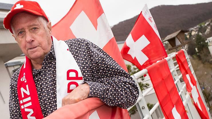 Vielleicht hängen bis Sonntag zwölf Schweizer Fahnen: Beat Müller auf seinem Balkon in Pratteln.KEnneth Nars