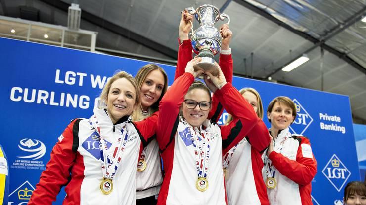 Die Schweizerinnen stemmen den Pokal in die Höhe.