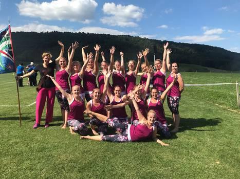 Die Damenriege Hausen voller Adrenalin: Nach dem Kleinfeldgymnastikauftritt am Turnfest Remigen 2018.