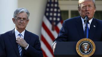 US-Präsident Donald Trump (rechts) hat sich beim Fed-Chef Jerome Powell (links) erneut über die Zinspolitik der US-Notenbank beschwert. (Archivbild)