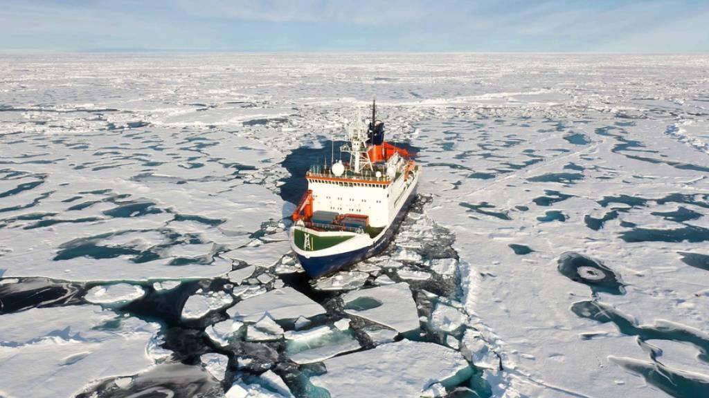 Das deutsche Expeditionsschiff «Polarstern» inmitten arktischer Eisschollen. Seine Mission «Mosaic» - mit Beteiligung von drei Schweizer Teams - endet am Montag. (Archivbild)