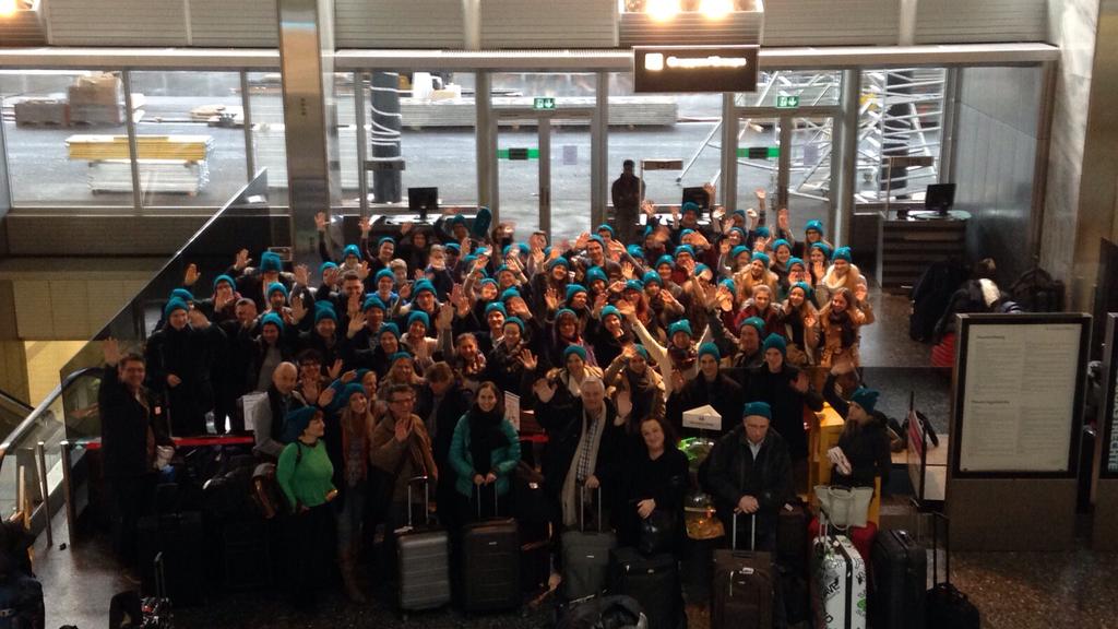 Kurz vor dem Abflug nach New York: Der Cantichor Sargans am Flughafen Zürich.