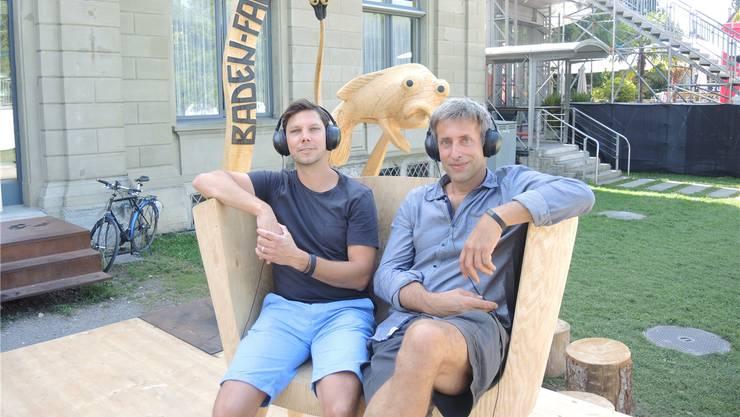 Geschichten zum Schmunzeln und Nachdenken: Simon Libsig (l.) und Alex Schaufelbühl – mit dem «Sel-Fisch» im Hintergrund.af