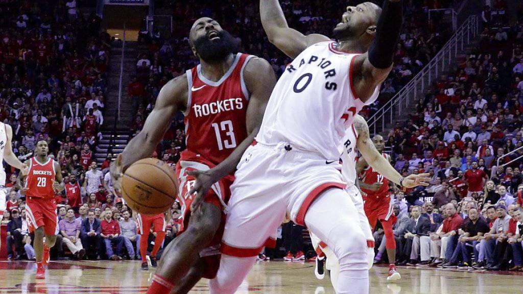 James Harden, der 38 Punkte für die Houston Rockets erzielte, verliert den Ball bei einem Zusammenstoss mit Torontos CJ Miles