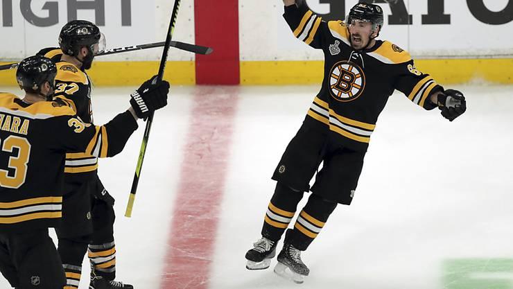 Siegesjubel: Brad Marchand (re.) machte mit dem 4:2 ins leere Tor alles klar für die Boston Bruins