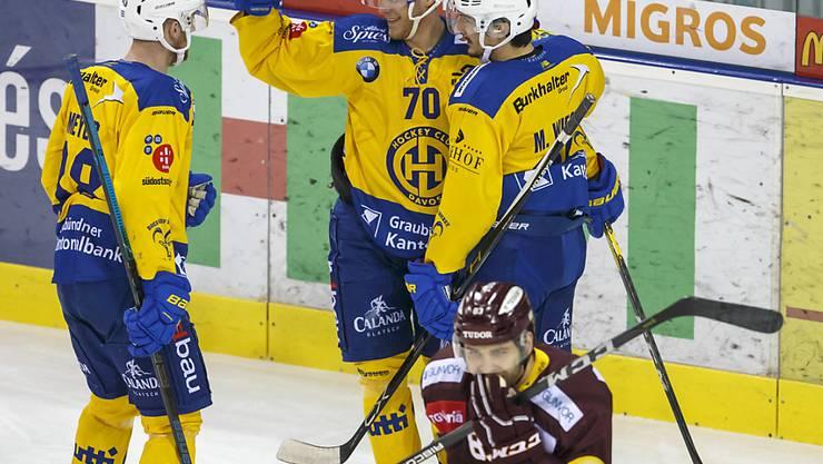 Erstmals nach fünf Niederlagen wieder Grund zum Jubeln: der HC Davos mit Enzo Corvi, Dario Meyer und Marc Wieser