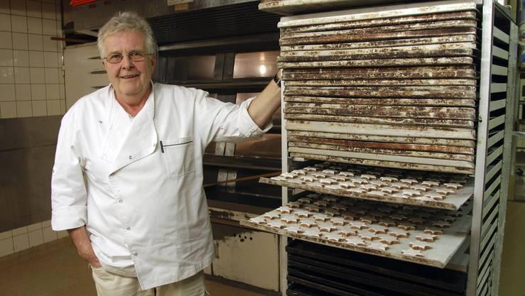 Bäckermeister Flückiger vor dem Backofen, der am 31. Dezember letztmals in Betrieb sein wird.