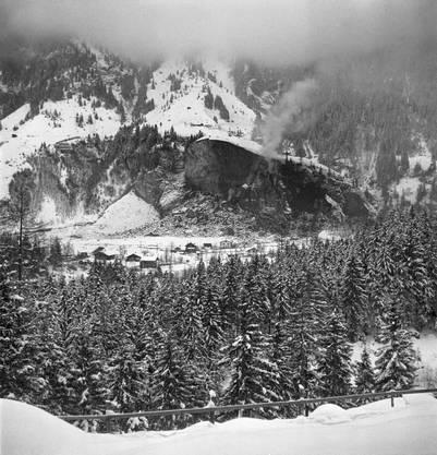 Die durch die Explosionen im Munitionsstollen zusammengebrochene Felswand in Blausee-Mitholz 1947.