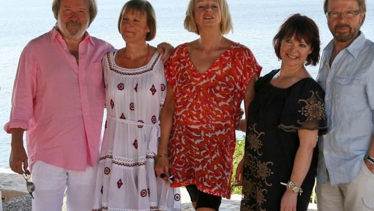 Sie lassen sich noch etwas Zeit mit den neuen Songs: Benny Andersson, Agnetha Fältskog, Anni-Frid Lyngstad und Björn Ulvaeus (mit im Bild Anderssons Ehefrau Mona Nörklit, Zweite von rechts). (Archivbild)
