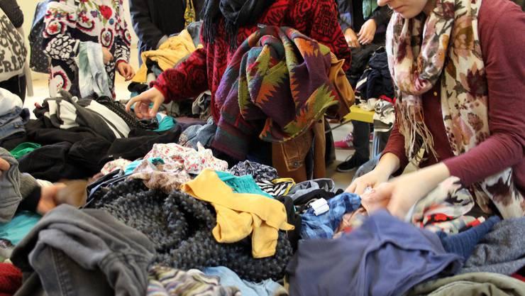 An der Nachhaltigkeitswoche werden Kleider getauscht, statt neue gekauft.