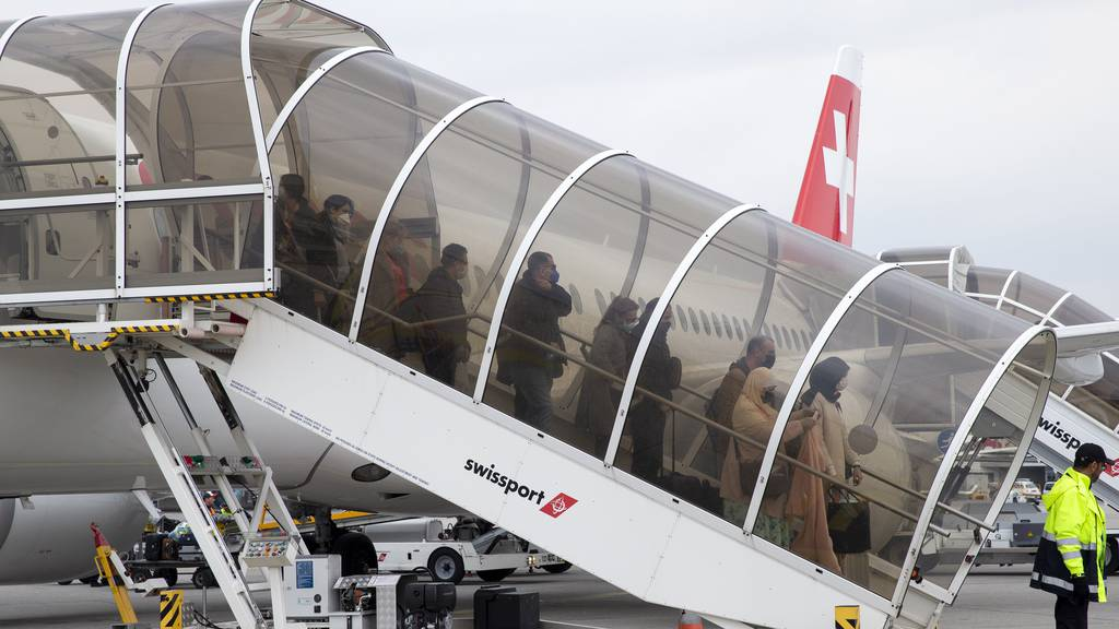 Passagiere steigen am Flughafen Genf aus einem Flugzeug aus, welches das EDA im Rahmen einer Repatriierungsaktion gechartert hat.