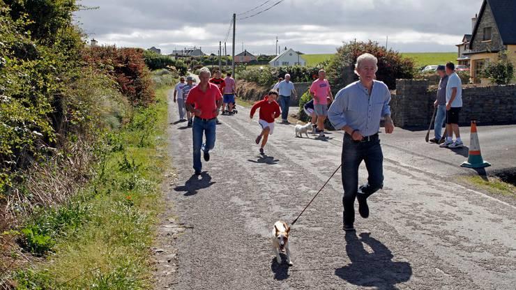 Irisch-Road-Bowling wird fast nur von Männern gespielt, die in Gruppen von mindestens zwei Spielern und bis zu sechs Teams gegeneinander antreten.