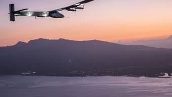 """Das Solarflugzeug """"Solar Impulse 2"""" beim Anflug auf Hawaii. Der Sonnenflieger musste wegen Reparaturarbeiten auf der Insel überwintern. (Archiv)"""